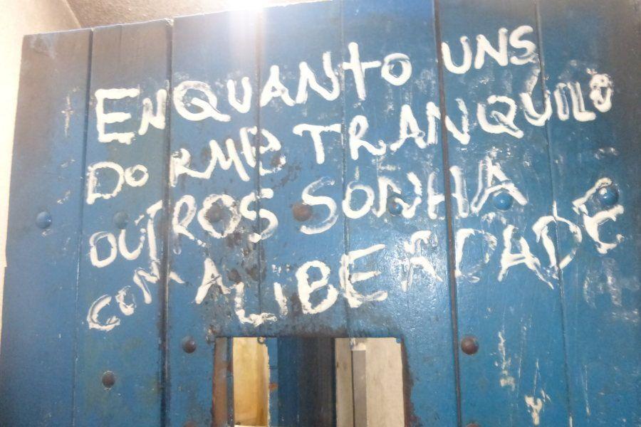 Inscrições na parede de presídio feminino em Campo Grande