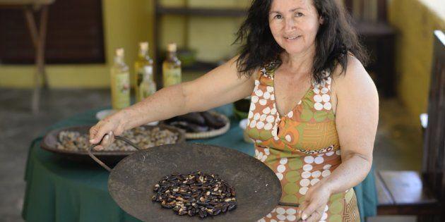 Dona Ana mostra a leva de castanha de baru