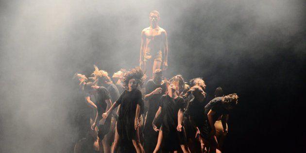 Bailarinos da Cia Jovem de Paraopeba interpretam a coreografia 'Amal no Festival de Dança de