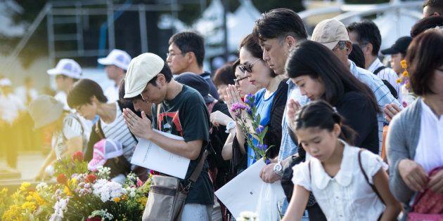 Visitantes depositam flores e rezam por vítimas em memória dos 72 anos do ataque nuclear em