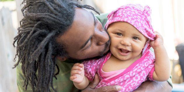 O abraço ajuda o bebê a regular o estresse e a diminuir a