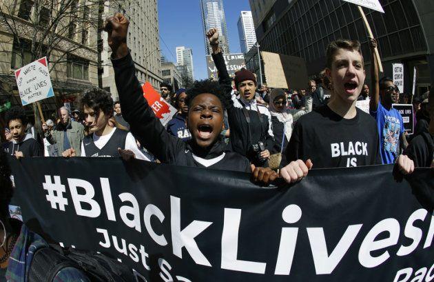 Milhares de manifestantes participam de protesto em Seattle pelos direitos das minorias e contra a violência...