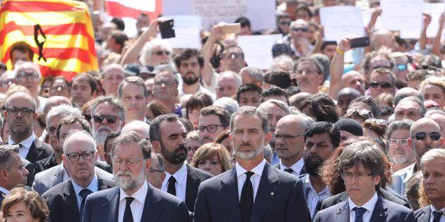 Os espanhóis se reuniram na Praça de Catalunha, que fica em Las Ramblas, junto com o rei Felipe VI, o...