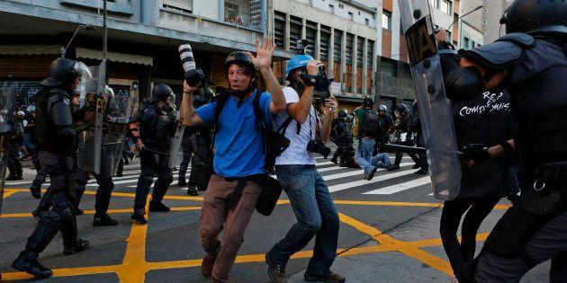 Fotógrafos são encurralados durante um protesto contra o aumento da tarifa de transportes em São