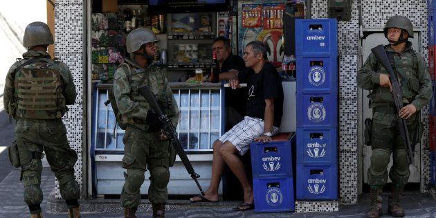 Após tiroteio entre gangues, a polícia e as Forças Armadas passaram a atuar na