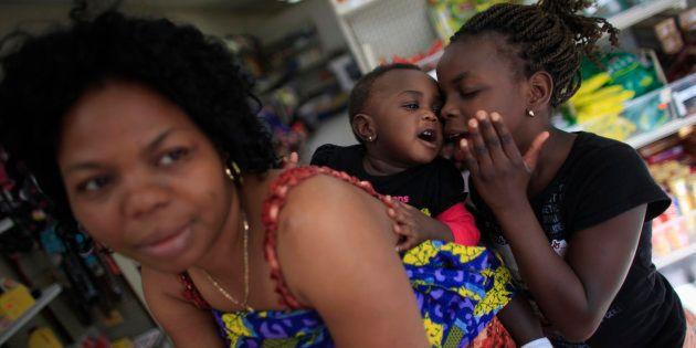 Mulheres mães negras deixam seus filhos em casa (sabe-se lá com quem) para limpar a casa das