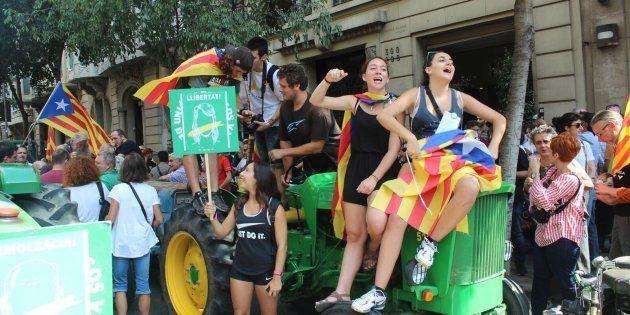 Centenas de tratores tomaram a cidade de Barcelona e outras menores por toda Catalunha, desfilando por...