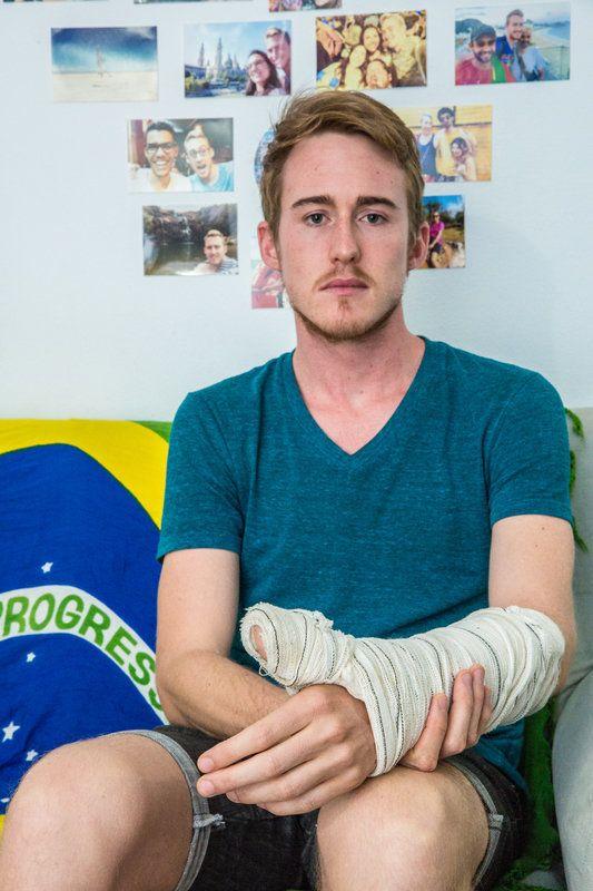 O americano Shane Landry foi agredido porque passeava abraçado com um