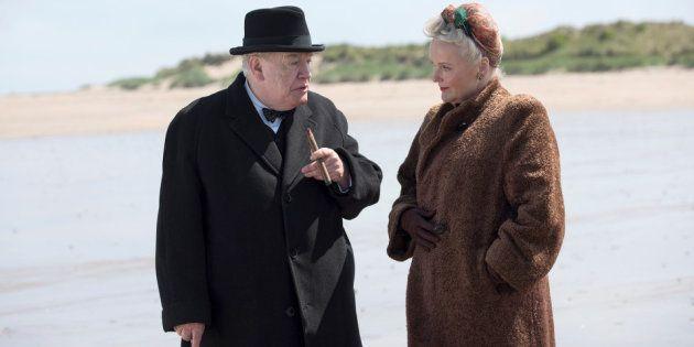 Interação de Churchill (Brian Cox) com a parceira Clementine (Miranda Richardson) é um dos pontos altos...
