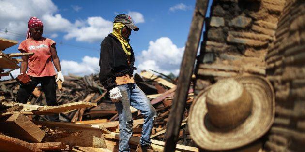 Mulheres trabalham em um forno de carvão, que queima madeira amazônica colhida em uma seção recentemente...