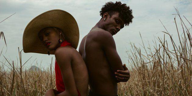 Na foto, o modelo Matheus Dias, filho da articulista, posa com a namorada, Julia