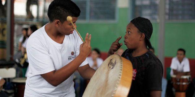 Estudantes surdos utilizam Libras para se comunicar antes de aula de música em São