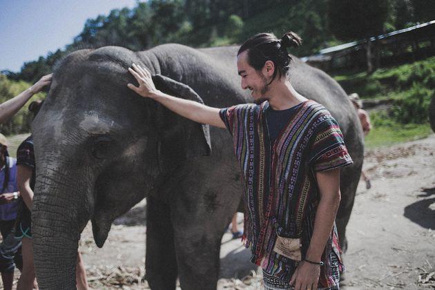Este sou eu em Chiang Mai, na Tailândia, 10 meses após ~largar tudo pra viajar o mundo~, cuidando de...