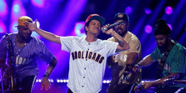 Em turnê pela América Latina, o cantor faz shows no Rio e em São