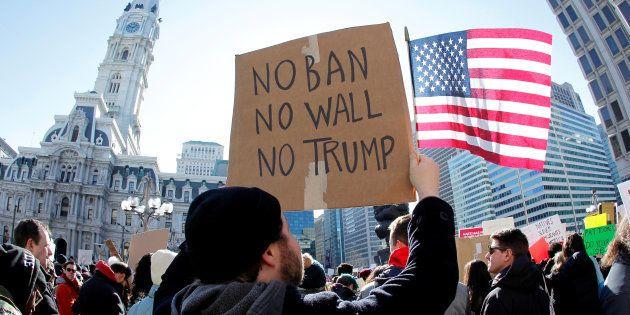 Manifestantes dos EUA criticam decisão de Trump de banir imigrantes