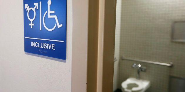 Trump anula norma que permitia uso de banheiros de acordo com identidade de