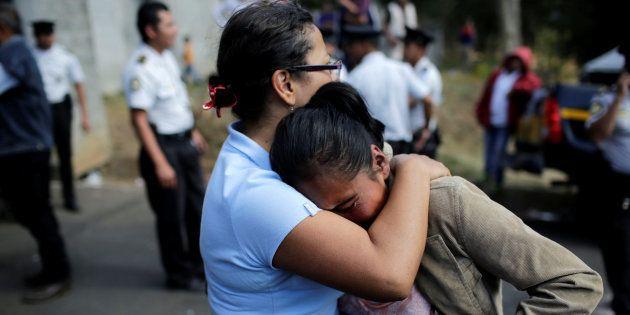 Familiares de luto pelo incêndio em orfanato da