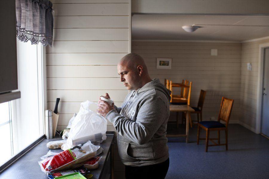 Edven, 38 anos e sentenciado a três por tráfico de drogas, na cozinha de sua casa na prisão Bastoy, 11...