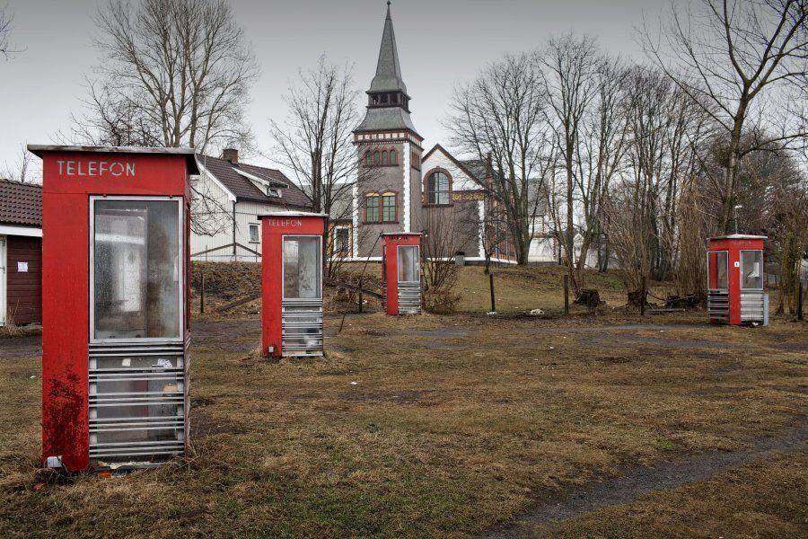 Cabines telefônicas antigas, parte da herança da ilha e usadas pelos presos para ligar para fora da prisão...