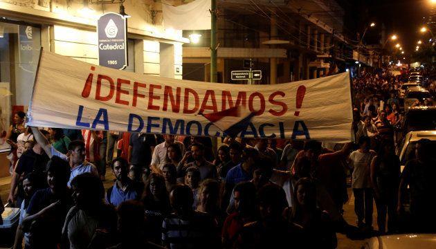 Protestantes invadiram o Congresso paraguaio no dia 30 de