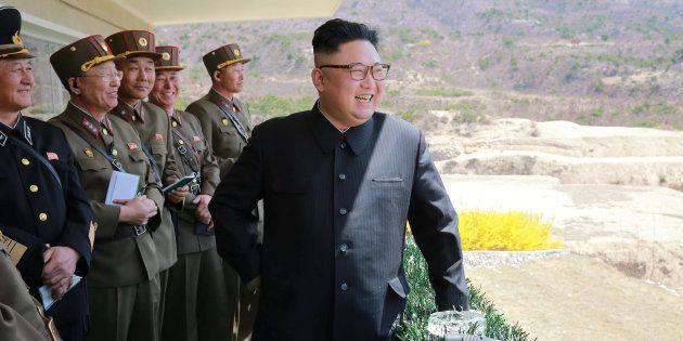 Imagem obtida pela Reuters mostra Kim Jong Un acompanhando as atividades do Exército