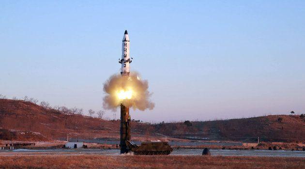 Foto tirada em fevereiro deste ano pela Agência Central de Notícias da Coréia do Norte mostra teste do...