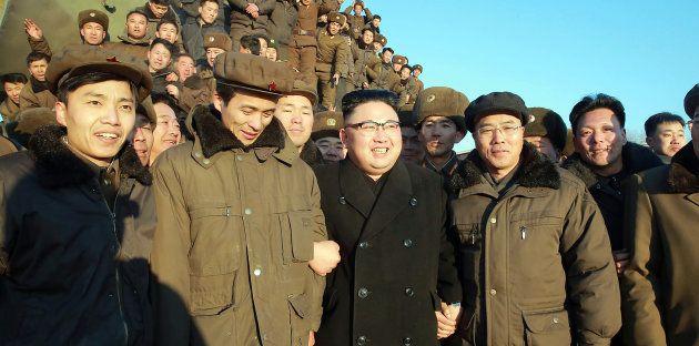 Cercado por soldados, Kim Jong-Un comemora lançamento de míssil