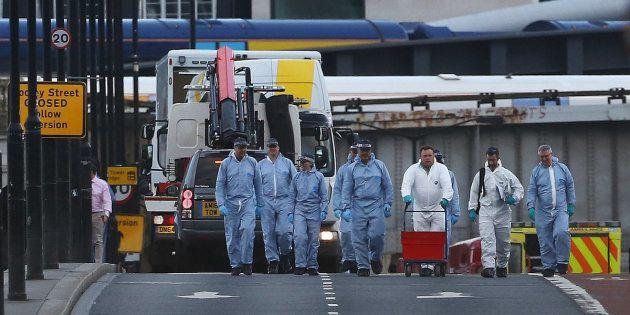 Van atropelou pedestres na London Bridge; em seguida pessoas foram esfaqueadas no Borough Market. Três...