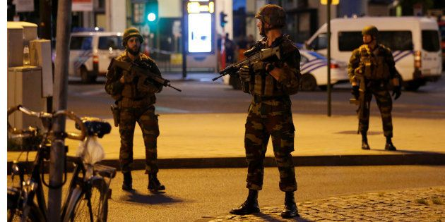 Polícia procura dois foragidos após explosão em estação central de