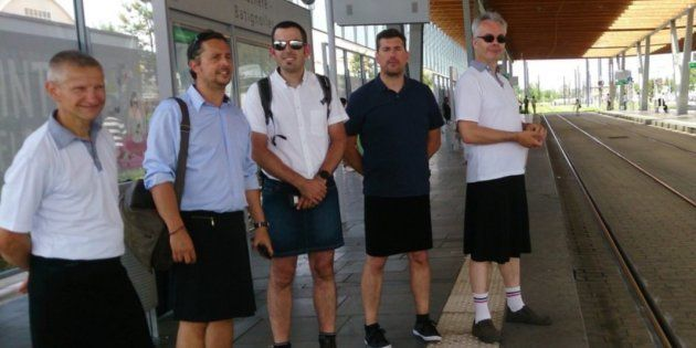 Franceses foram proibidos de usar shorts no trabalho e resolveram vestir