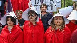 Estas mulheres receberam Trump vestidas como Offred, de 'Handmaid's