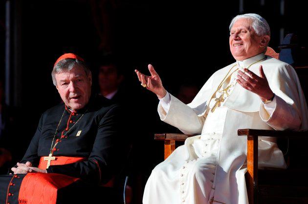 O papa Bento XVI gesticula ao lado do principal membro do clero na Austrália, o cardeal George Pell (à...