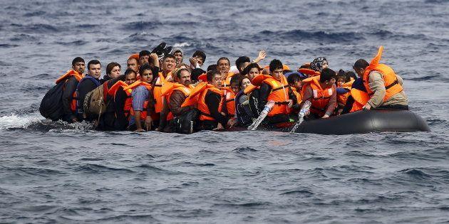 Os imigrantes eram todos jovens (idade média de 16 anos) e foram obrigados a se atirar na água quando...