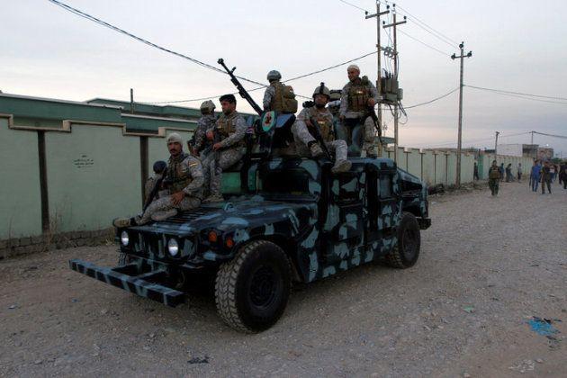 Forças de segurança curdas iraquianas patrulham uma rua na cidade de Kirkuk, no