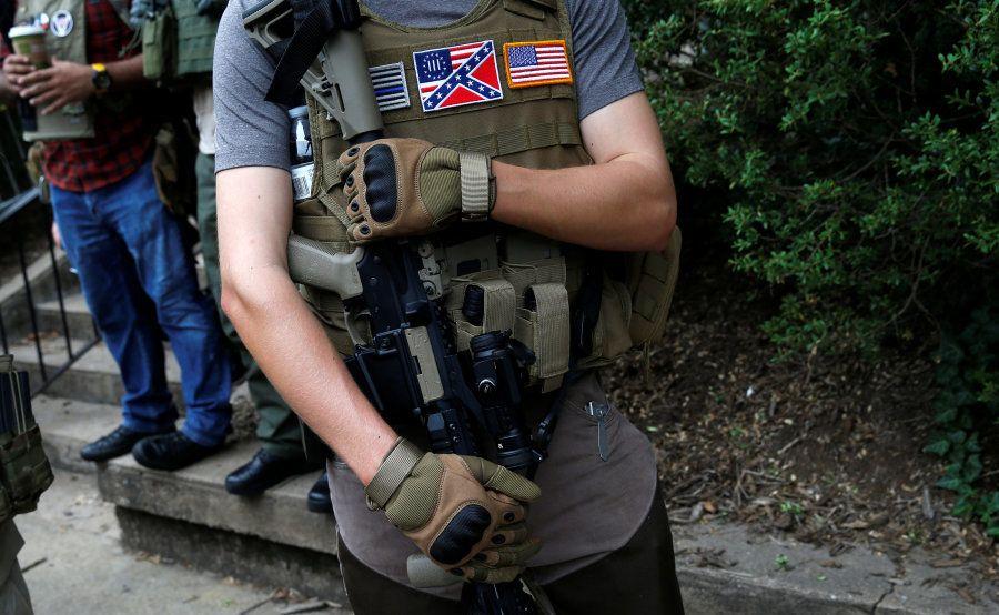 Um membro de uma milícia da supremacia branca perto da manifestação em Charlottesville, Virgínia,