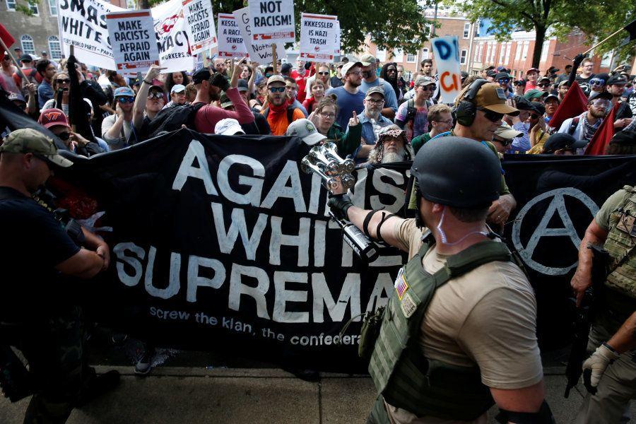 Membros da supremacia nacionalista branca são confrontados por um grupo contra a manifestação em