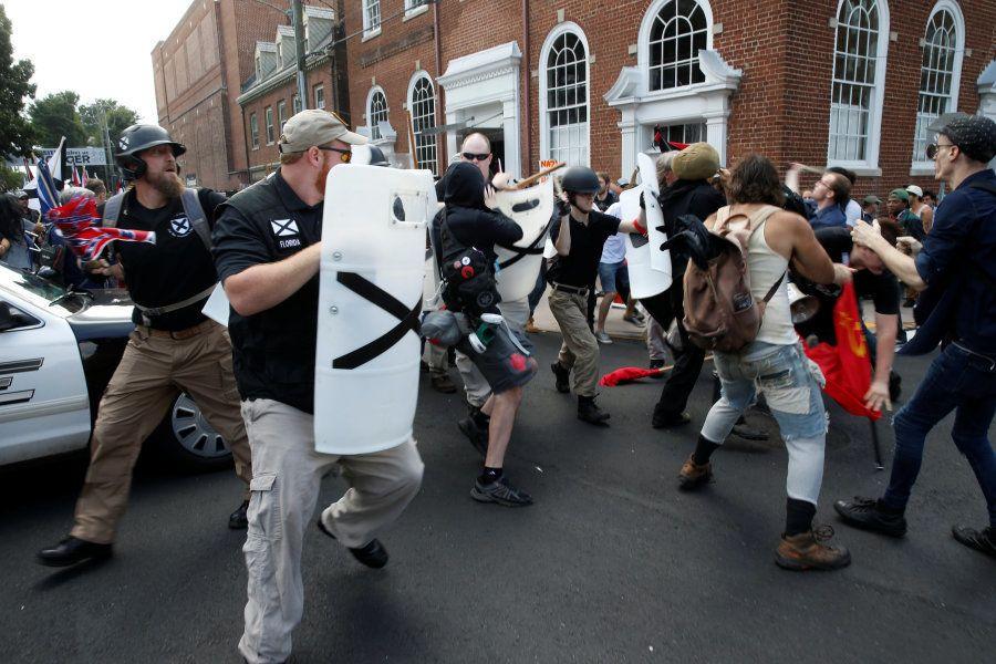 Supremacistas nacionalistas brancos confrontam um grupo de contra-manifestantes em