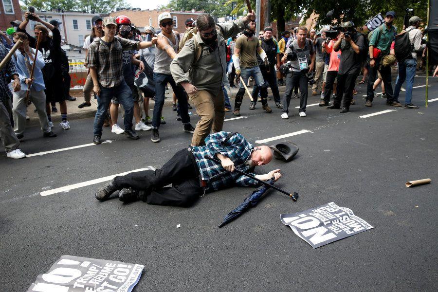 Um homem caiu durante um choque entre nacionalistas brancos e um grupo de contra-manifestantes em