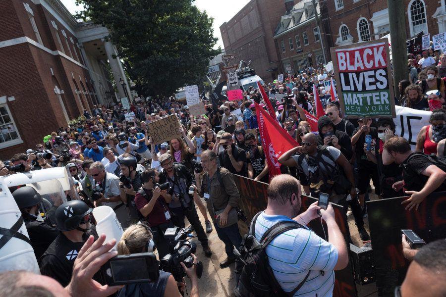 Manifestantes seguram cartazes em defesa da vida dos negros contra nacionalistas