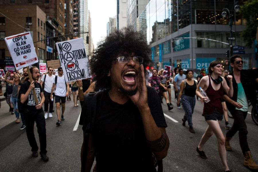 Manifestantes marcham pelo centro de Manhattan contra a supremacia e o racismo