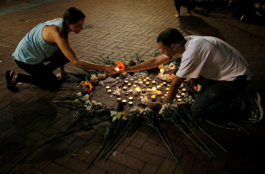 Moradores de Charlottesville fazem vigília em homenagem as vítimas do atropelamento durante protesto...