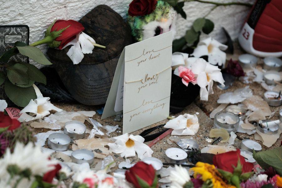 Flores em memorial na cena em que carro atropelou manifestantes em