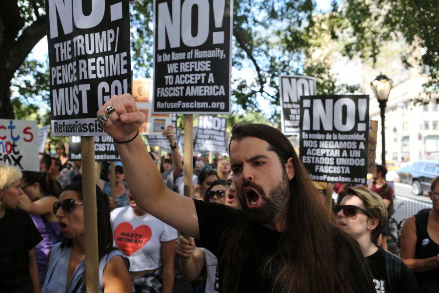 Manifestantes marcham e cantam slogans contra o nacionalismo branco na cidade de Nova