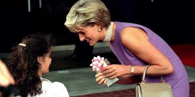 Diana, princesa de Gales, agradece uma garota pelo presente que recebeu em frente ao Centro de Convenções...