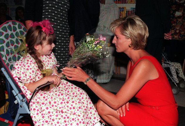 Lady Di recebe um buquê de flores de uma jovem paciente, durante sua visita ao Northwick Park Hospital,...