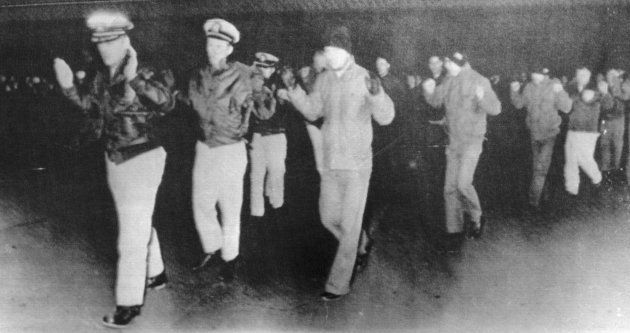 Oficiais e a tripulação do navio americano USS Pueblo foram capturados pela Coreia do Norte em 68, quando...