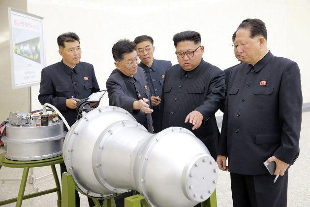Kim Jong-un e autoridades inspecionaram no domingo (3) artefato que, segundo a agência da Coreia do Norte,...
