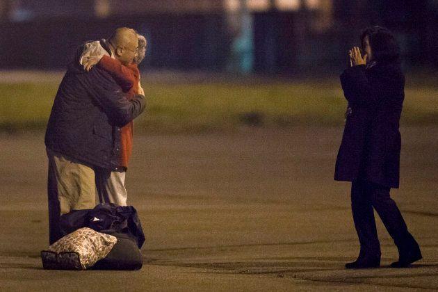 Kenneth Bae encontra sua mãe e irmã ainda na base das Forças Aéreas americanas. Ele e mais dois americanos...