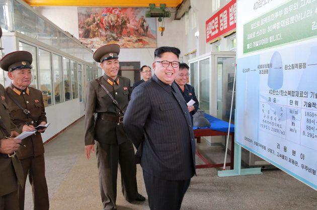 Kim Jong-un visita o Instituto de Química na Coreia do Norte em 31 de