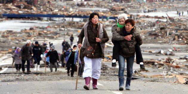 Sobreviventes deixam Tohoku um dia após o terremoto e tsunami de 11 de março de